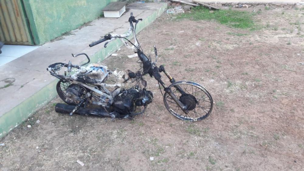Após tocar fogo na moto da ex, criminoso reage à prisão e foge